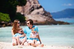 semester för familjungar två Arkivfoton
