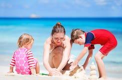 semester för strandungemoder Fotografering för Bildbyråer