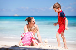 semester för strandungemoder Royaltyfri Foto
