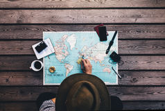 Semester för turist- planläggning genom att använda världskartan Royaltyfria Bilder
