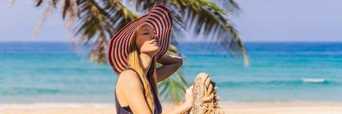 Semester på den tropiska ön Kvinna i hatt som tycker om havssikten från träbroBANER, LÅNGT FORMAT royaltyfri foto