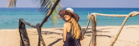 Semester på den tropiska ön Kvinna i hatt som tycker om havssikten från träbroBANER, LÅNGT FORMAT fotografering för bildbyråer