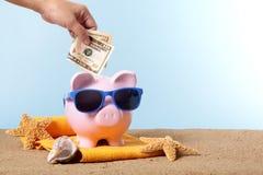 Semesterbesparingar, lopppengarplanläggning, Piggybank strandsemester Arkivbilder