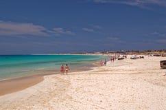 Semesterfirare som strosar på den härliga sandiga stranden på ön av Sal, Kap Verde royaltyfri bild
