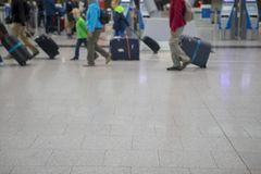Semesterlopp, flygplatsegenar, tillträdesdörr arkivbild