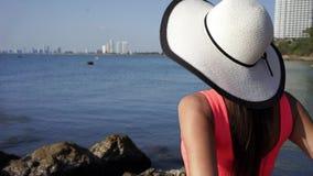 Semesterloppkvinna som kopplar av tycka om fantastisk sikt av havet Turist- destination lager videofilmer