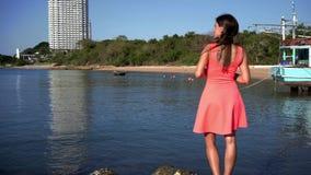 Semesterloppkvinna som kopplar av tycka om fantastisk sikt av havet Turist- destination arkivfilmer