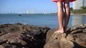 Semesterloppkvinna som kopplar av tycka om fantastisk sikt av havet Turist- destination stock video