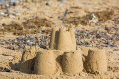 Semesterminne, övergiven sandslott på badortstranden Royaltyfri Bild