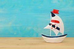 semestern och sommar avbildar med fartyget över trätabellen royaltyfri foto