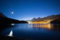 Semesterort av St Moritz på natten Arkivbilder