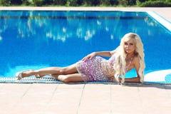 semesterort Blond modellkvinna för härligt mode med långt krabbt hår royaltyfria bilder