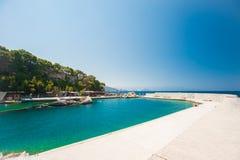 Semesterort på blått vatten, vatten inom betong fotografering för bildbyråer