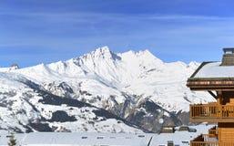 Semesterort som framme bygger av det maximala snöig berget royaltyfri foto