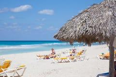 SemesterortVaradero strand i Kuba Blått hav och folk fotografering för bildbyråer