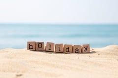 Semesterperiodord med solig strand- och havbakgrund royaltyfri foto