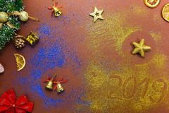 Semestra bakgrund, julpynt som ligger på brun textur royaltyfria bilder