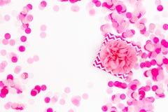 Semestra bakgrund med pappers- konfettier för gåvan och för rosa färger, fotografering för bildbyråer