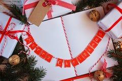 Semestra dekoranteckningsboken för meddelande med gåvan, den närvarande asken och guldklirrklockan vita röda stjärnor för abstrak Royaltyfri Fotografi