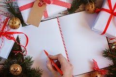 Semestra dekoranteckningsboken för meddelande med gåvan, den närvarande asken och guldklirrklockan vita röda stjärnor för abstrak Fotografering för Bildbyråer