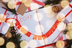 Semestra dekoranteckningsboken för meddelande med gåvan, den närvarande asken och guldklirrklockan vita röda stjärnor för abstrak Arkivbilder