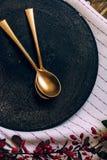Semestra den guld- ställeinställningen, rolig jultabell med prydnader Fotografering för Bildbyråer