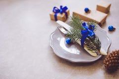 Semestra den julmatbakgrund, bestick, plattan och jul Arkivbilder