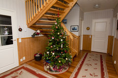 Semestra fotoet av den hemtrevliga hemmiljön, med garnering för julgranen och för det nya året royaltyfria foton