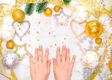 Semestra garneringar och anteckningsboken med mål på den vita lantliga tabellen, lekmanna- stil för lägenhet jul som planerar beg arkivbilder