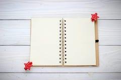 Semestra garneringar och anteckningsboken på vit wood bakgrund royaltyfri bild