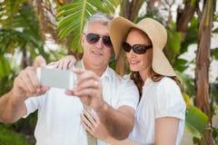 Semestra par som tar en selfie Arkivfoton