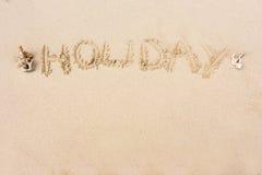 SEMESTRA skriftligt i sanden på stranden med kopieringsutrymme för t Fotografering för Bildbyråer