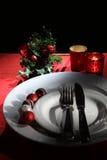 Semestra tabellinställningen för lantlig jul och för det nya året med xmas-garneringar på den mörka trätabellen Selektivt fokuser royaltyfria bilder