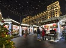 Semestrar det nya året för jul garnering nära den Bolshoi teatern på natten, Moskva, Ryssland Arkivfoton