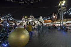 Semestrar det nya året för jul garnering nära den Bolshoi teatern på natten, Moskva, Ryssland Arkivfoto