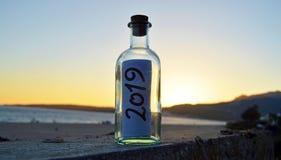 Semestrar 2019 i sanden av stranden på solnedgången royaltyfri fotografi
