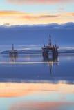 Semi буровая вышка погружающийся во время восхода солнца на лимане Cromarty Стоковые Изображения