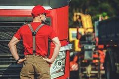 Semi водитель грузовика в его 30s стоковое фото rf