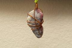 Semi отполированный камень обернутый в проводе стоковые фото