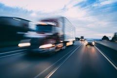 Semi тележка на концепции шоссе с нерезкостью движения стоковые фотографии rf