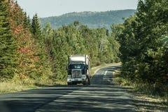 Semi тележка на лесе шоссе глубоком в Канаде Онтарио Квебеке Стоковое Изображение