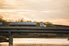 Semi тележка на мосте реки Стоковые Изображения