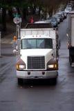 Semi тележка с трейлером сброса перед автомобилями конвоирует на str города Стоковое фото RF