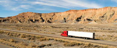 Semi Aanhangwagen 18 Op lange afstand Wheeler Big Rig Red Truck Stock Foto