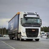 Semi bianchi di Volvo FH su un'iarda Fotografia Stock