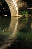 Semi-círculo da pedra e da água Imagens de Stock Royalty Free