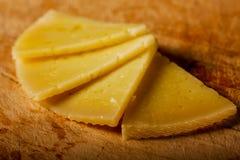 Semi círculo de las rebanadas españolas del queso Foto de archivo