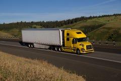 Semi-camión amarillo de Volvo/remolque blanco fotografía de archivo libre de regalías