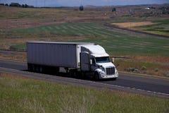 Semi-camión blanco de Peterbilt/remolque blanco fotos de archivo libres de regalías