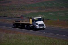 Semi-camión blanco de Volvo/remolque plano vacío fotografía de archivo libre de regalías